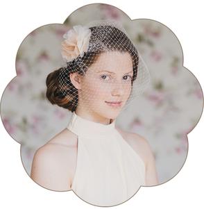 Fascinator für die Braut. Luftig zarte Seidenorganza-Blüte in einem pastelligem Ivory-Apricot-Ton, umhüllt von einem Netzschleier.