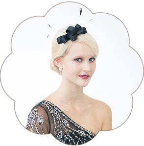 Haarschmuck in schwarz  mit einer geschwungenen Schleife und Federn für Gala, Event, Ball, Silvester, Fasching. Black Headpiece.