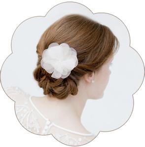 Braut Haarblüte aus feinster Seiden-Organza und einer Perle im Blütenkelch. Silk Flower Headpiece, Hairaccessoires wedding.