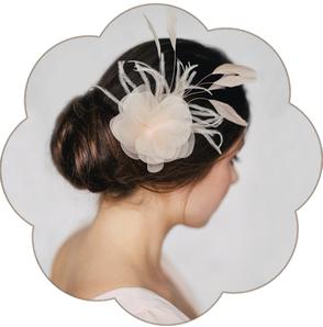 Blüten mit Federn in Pastelltönen aus feinster Seiden-Organza für Hochzeiten, Standesamt, Trauzeuginnen.