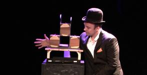 Le magicien Stephen Lucy fait voler sa partenaire...