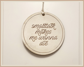 "Schild rund graviert mit ""smalltalk makes me wanna die"""