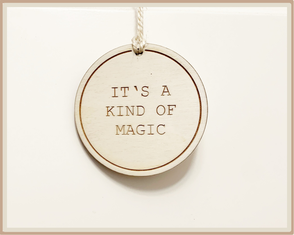 "rundes Schild mit Gravur ""it's a kind of magic"""