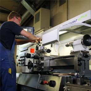 Auszubildender zum Konstruktionsmechaniker an der Drehmaschine bei RAKO in Sulingen