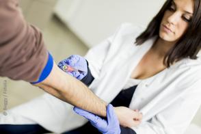 Blutabnahme beim Mobil Check-Up Vorort