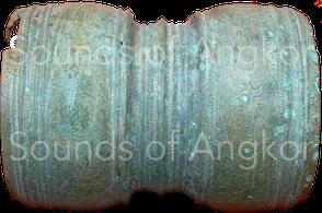 Tambour-hochet en forme de sablier. Découvert dans la zone de Banteay Chhmar. Dépôt de Vat Bo, Siem Reap. Ref. 2007-1-2130+2132.