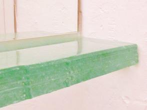 Glasablage im Badezimmer