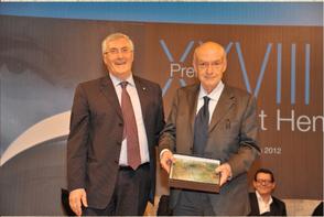 Il Prof. Antonio Paolucci riceve il premio dal Prefetto dott. Ivo Salemme