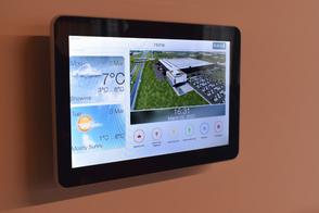 Touchscreen waarmee de gebruikers zowel de kunstverlichting alsook andere technische installaties (bv. zonwering) kunnen bijregelen