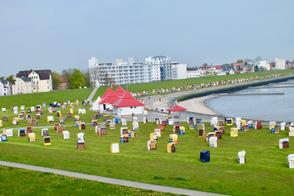 Blick vom Haus Seeterrassen auf der Deichkrone in Cuxhaven
