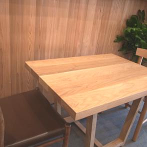 無垢の木のテーブル。幅はぎ板。大阪府吹田市の木の家ならWASH建築設計室。
