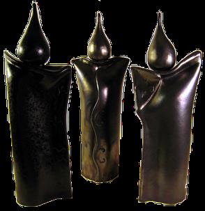Keramik fuer den Wohnraum, längliche Skulpturen mit spitzem Tropfenkopf. Anspruchsvolle Verzierungen auf der Front