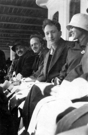 Fra højre: Eva Manus, Augustin Souchy, Emil Manus og George Högberg