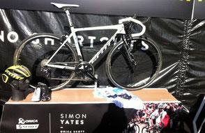 Vélo Scott et maillot blanc de Simon Yates--------------