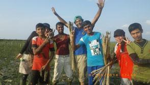 泥だらけになって行うマングローブの植林でも、子どもたちはみんな笑顔!