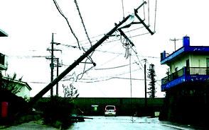 祖納集落の電柱が倒壊し、同集落では停電が続いている。深夜までに電柱を抜く作業も行われ、折れた電柱は撤去された=17日午後、与那国島(上地艶子通信員撮影)