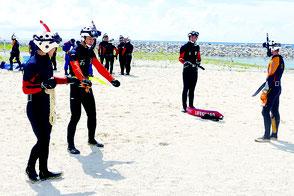 ロープを用いた意思伝達方法を石垣航空基地職員から学ぶ市消防本部職員=19日午前、南ぬ浜町ビーチ