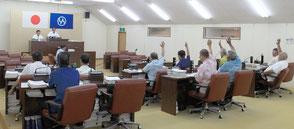 百条委員会の調査報告を賛成多数で可決した竹富町議会=22日午前、町議場
