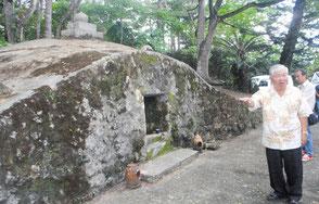 「長田家の古墓」を視察する市文化財審議会の委員=12日午後、石垣市石垣