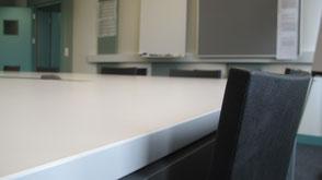 Ein Stuhl in einem Sitzungszimmer.
