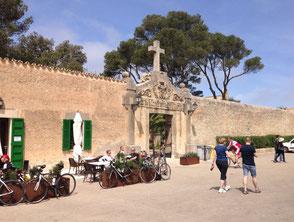 Das Kloster 'Santuari de Nostra Senyora de Cura' liegt auf der Spitze des 'Puig de Randa' in Höhe von 542 Metern.