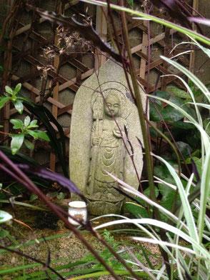 我が家の庭に鎮座する阿修羅地蔵尊