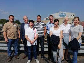 Gruppenfoto von Mitarbeiterinnen und Mitarbeitern von 14 verschiedenen Unternehmen