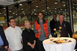 Ein Gläschen auf das Jubiläums des Bistros: von links Stefan und Inke Ricklin, das Gerantenpaar, Roger Edelmann, der Architekt des Bistros, Bruno Cozzio (im Hintergrund), Benno Gmür, CVP-Präsident.