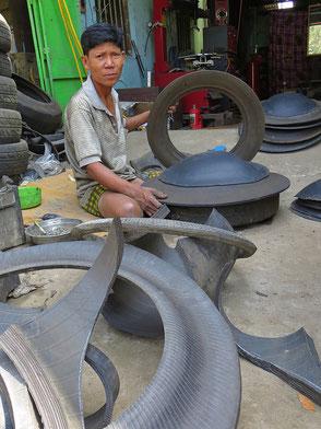 Hier entstehen die typischen Abfallbehälter aus alten Autoreifen. Man sieht sie in ganz Asien.