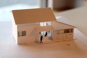 土手下の住宅の模型写真