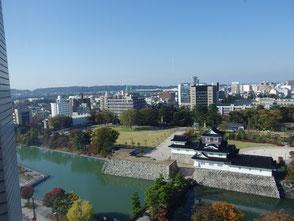 ホテルから見た富山城址公園と街並み