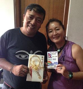 日本からの募金を『ご祝儀袋』に入れて、田中順子らしさ満載でサンタ氏(左)に手渡し。