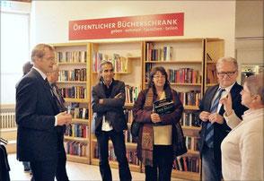 Manfred Berns (Bürgerstiftung Duisburg, links), Sr. Martina Paul (Sozialzentrum St. Peter, rechts), Heiner Maschke (EG DU, 2. von rechts)
