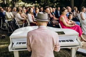 Pianist Josef Barnickel mit mobilem Flügel am Fluss