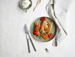 Teigtaschen mit Chili-Frischkäse-Füllung / Kirschtomatenragoût