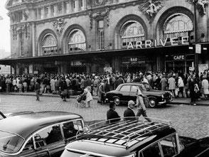Voitures de grande remise en gare de Lyon au premier plan