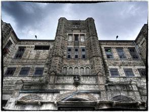 l'imponente ingresso del penitenziario