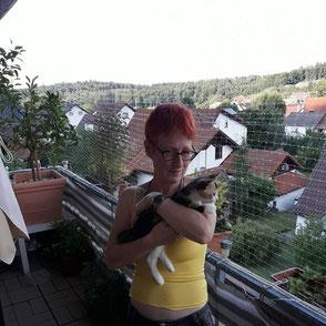 Manuela Hedderich auf dem Balkon mit Katze