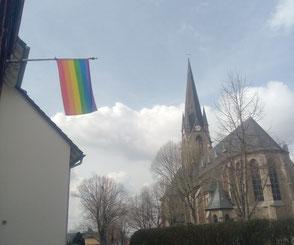 Aufgrund der Osterfeierlichkeiten muss die Regenbogenfahne kurzzeitig umziehen.
