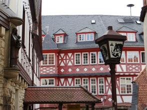 Laternen vor Altstadt-Fachwerk in Heppenheimer