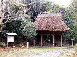 石城神社への参道入口の楼門