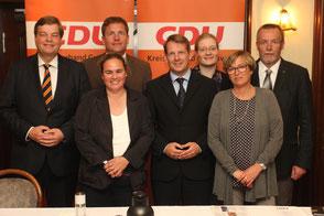 Der CDU-Stadtverbandsvorstand ist von den Mitgliedern geschlossen im Amt bestätigt worden. Unsere Aufnahme zeigt in der Mitte Stadtverbandsvorsitzenden Thiemo Röhler. Links im Bild der CDU-Kreisvorsitzende, Parlamentarischer Staatssekretär Enak Ferlemann.