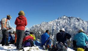 山頂で剱岳を前に昼食をとる。