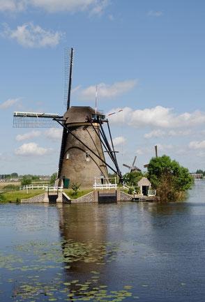 Vorbei an einer der vielen Mühlen von Kinderdijk.