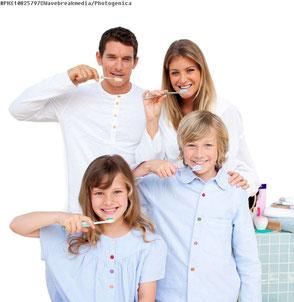 Regelmäßige Prophylaxe beim Zahnarzt hilft Ihre Zähne lebenslang  gesund zu erhalten (©Wavebreakmedia - photogenica.ru  )