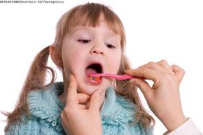 Regelmäßige Prophylaxe sorgt für die Gesundheit der Kinderzähne. ( © voronin-76 - photogenica.ru )