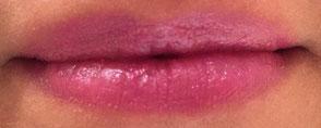 Rouge à lèvres rose aux reflets bleus
