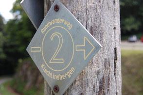 Holzpfahl mit Wanderschild
