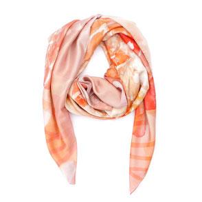 Seidentuch Peachbloom. Apricot und Orangetöne dominieren dieses mediterrane Motiv. Lassen Sie die Wärme in Ihr Herz. Apricot, orange, Geschenk, Exklusiv, Geschenkidee. Seidentücher, Accessoires und Fashion von Pattern of Earth Berlin.