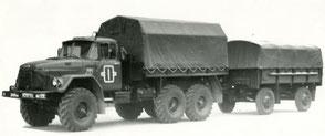 Автомобиль ЗИЛ 4334 с прицепом СМЗ 8333. Фото архивное